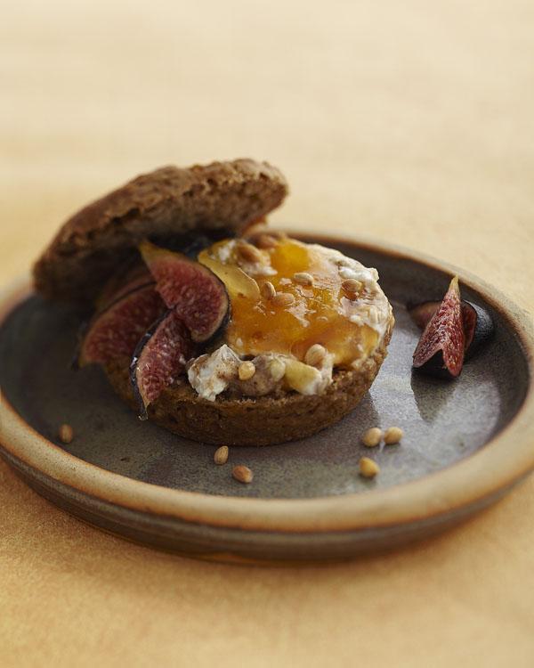 pain à la semoule en sandwich oriental, kaki, figues, mahlep en épices