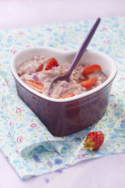risotto sucré comme un riz au lait aux fraises et à la violette