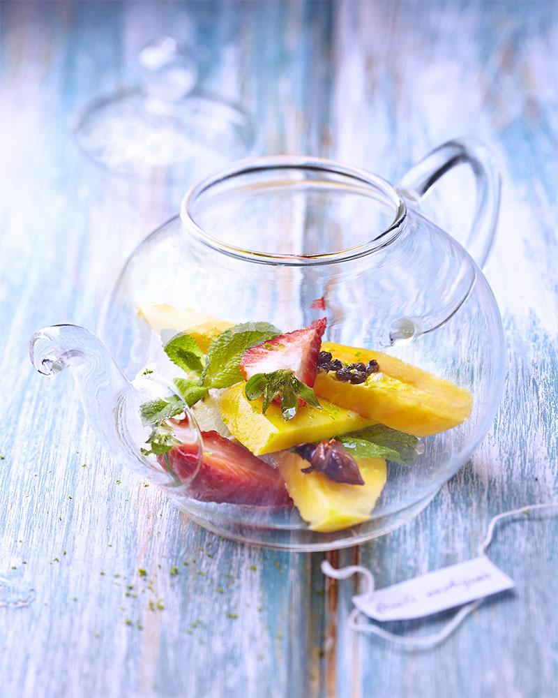 Photographie culinaire de salade de fruits au thé.