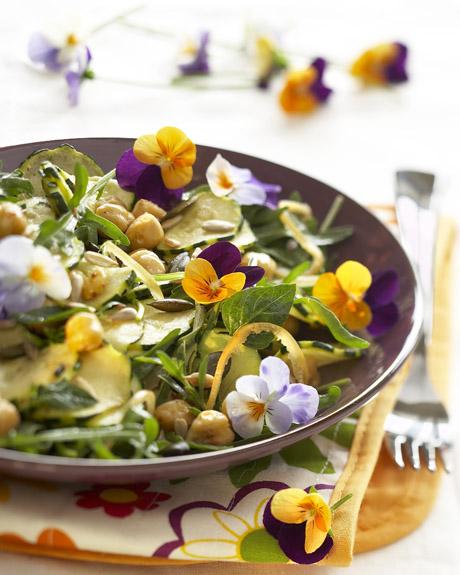 Photographie culinaire : salade de courgettes, pois chiches et fleurs comestibles