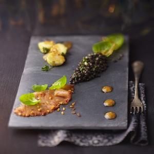 Photographie culinaire : saumon fumé au lentilles noires, vinaigrette aux kakis, choux de Bruxelles