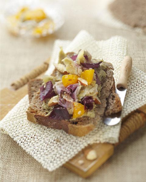 Photographie culinaire : crème d'artichaut et pain au sarrasin