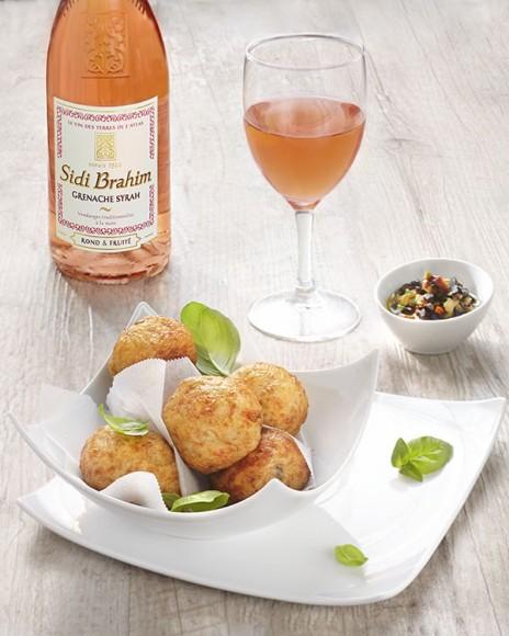 Photographie culinaire vin rosé et croquettes morue